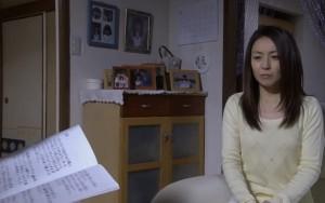 壁に掛かっている、白い丸型の壁掛け。その横にある持ち手付きのボックス。写真立て左横の白い丸型の小物入れ。3点ですがドラマの中に映っています。