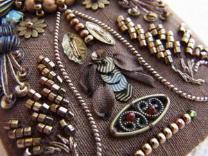 ワイヤーで作った美しい曲線の横に、葉っぱ型のスパンコールをブロンズの糸で止めて、リボン刺繍と組み合わせてみました。
