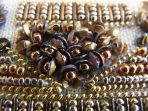 小さいスパンコールの間にビーズを挟んだ物を隙間なく刺していくと、貝殻の団体みたいです。