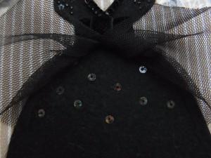 スカート部分にチュールがあり、その下にオーロラのスパンコールが刺繍してあります。