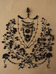 手描きした植物模様全体に、黒の小さいスパンコールとビーズを刺繍しました。