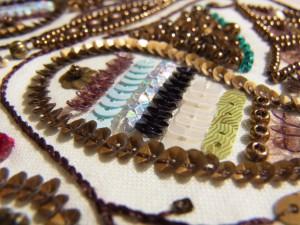 ペイズリー模様の中に、7種類の材料と色を美しく組み合わせ一列づつ刺繍しました。