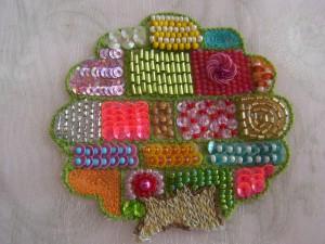 アリワーク(インドに伝わるビーズ刺繍の技法)で刺繍したカラフルな可愛いtree