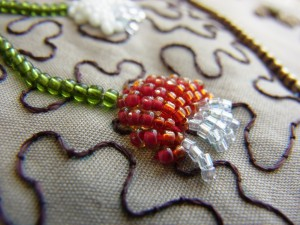 盛り上がって出来ている赤いビーズの小花