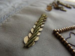 スパンコールの上に金属製のモールを縄状に刺繍