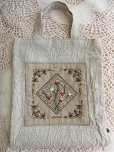 ビーズとスパンコールで正方形を作った中にレーヨン糸でパニ刺繍をし、その上に赤と白のビーズで小花模様を刺繍