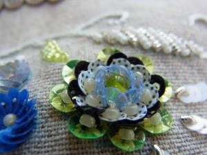 グリーン、ブルー、白が組み合わされている同心円の花です。