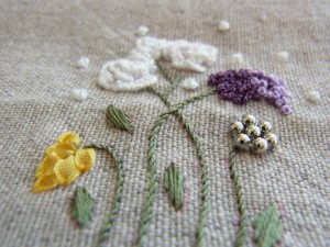 可憐な花とグラデーションが綺麗な花を、裏側のポケットに刺繍しました。