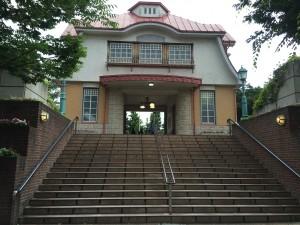 田園調布駅の横にある門のような建物です。