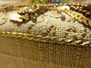 スパンコールとビーズで刺した模様の間に、アリワークでクネクネした模様のパニ刺繍を施しています。