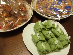 3種類のお菓子があります。ぬれ煎餅は、特徴ある食感です。