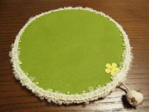 刺繍をするときに、ビーズを置くマットです。毛糸のブレードと、黄色いお花のスパンコールがポイントです。
