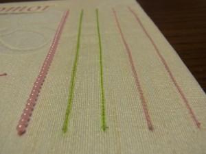 糸刺繍が終わったらビーズを連続で刺します。縦方向に5本並んでいます。