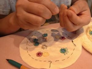 三重の円になっているお花を刺しています