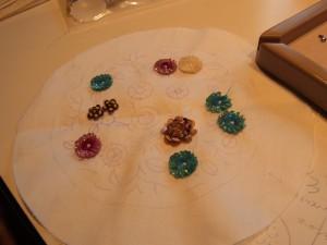 同心円と三重の円のお花ができています。とっても丁寧に刺してあります。