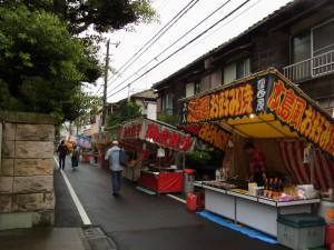 お祭りなので、縁日が出ていました。広島風お好み焼き250円でした。 あ〜あ〜食べたかった。