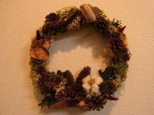 昨年作った直径約25cmのクリスマスリースです。ウッドがベースになっていて、ドライな果実やお花が沢山飾ってあります。