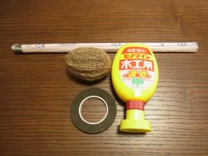 リースに必要な道具です。ワイヤー、ボンド、麻紐、テープです。