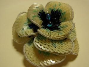 3枚の花びらの中心に雫型ビーズが刺してあります。