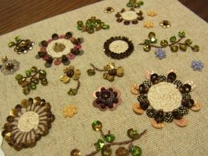 タコ糸を巻いて作った、お花が沢山刺してあります。