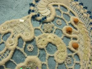 綿ブレイドの網目模様に、スパンコールとビーズのお花刺しています。