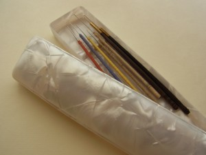 白いセルロイドの筆箱にアリワークの針を収納しました。