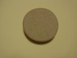 裏側に円形の生地を貼っています。周りに革のコードを飾っています。