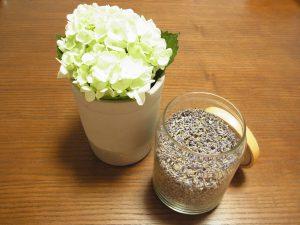 花瓶に活けた紫陽花と、瓶に入っている乾燥したラベンダーがあります。