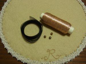 ピンクゴールドメタル糸、オーガンジーリボン、パールです。