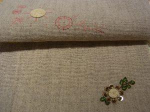 花芯部分がは紐を巻いています。その周りにスパンコールが刺してあります。