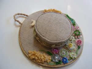 帽子型のポプリです。つばの部分にスパンコールとビーズでお花を刺しました。