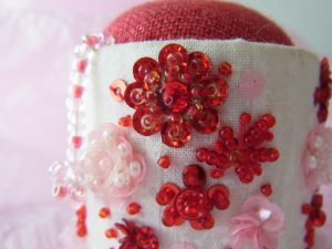 ピンクッションです。ピンクと赤の組み合わせで刺しています。