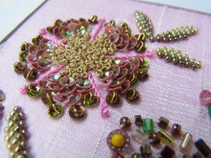 花芯はレーヨン糸のナッツステッチを刺します。