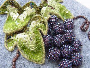 バックの上部に葡萄が飾ってあります。