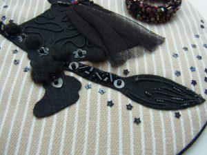 魔女のほうきとモコモコのブーツを刺しています。