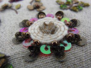 立体的なお花の周りを紐でクルクル巻いています。