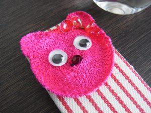 糸刺繍したピンクのクマの顔です。