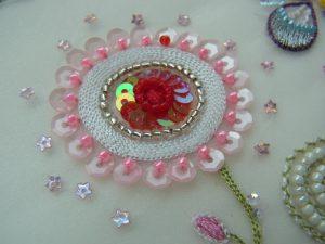 糸刺繍で円形を刺しています。