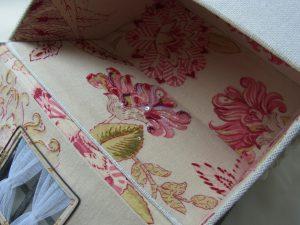 蓋になっている屋根を開けています。花模様の裏生地にビーズ刺繍がしてあります。