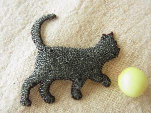 小さいビーズで刺したネコ一が匹います。