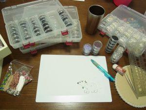 シロクマのブローチをデザインしています。