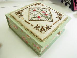 生地を貼った正方形の箱です。