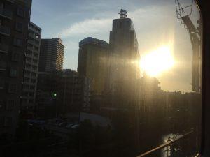 ビルとビルの間の夕日が綺麗です。