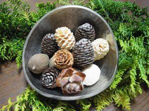 松ぼっくりと木の実などのクリスマスリースの材料です。