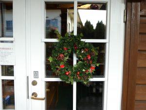 入り口に飾ってあるクリスマスリースです。