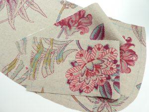 花模様にビーズ刺繍します。