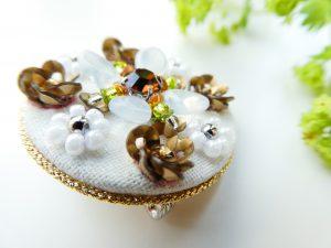 上部から見るとスパンコールの円形のお花と、ビーズのお花があります。