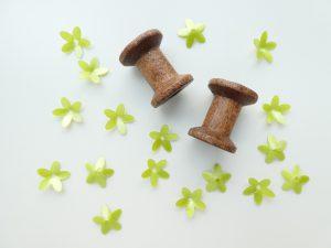 花形スパンコール木製糸巻きです。