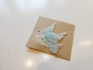 羽根にチュールを使った小鳥のブローチです。