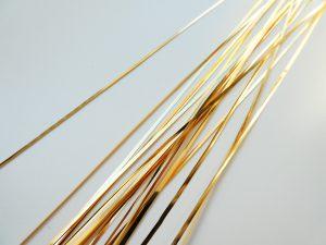 ゴールドの平たいテープをビーズ刺繍に使います。